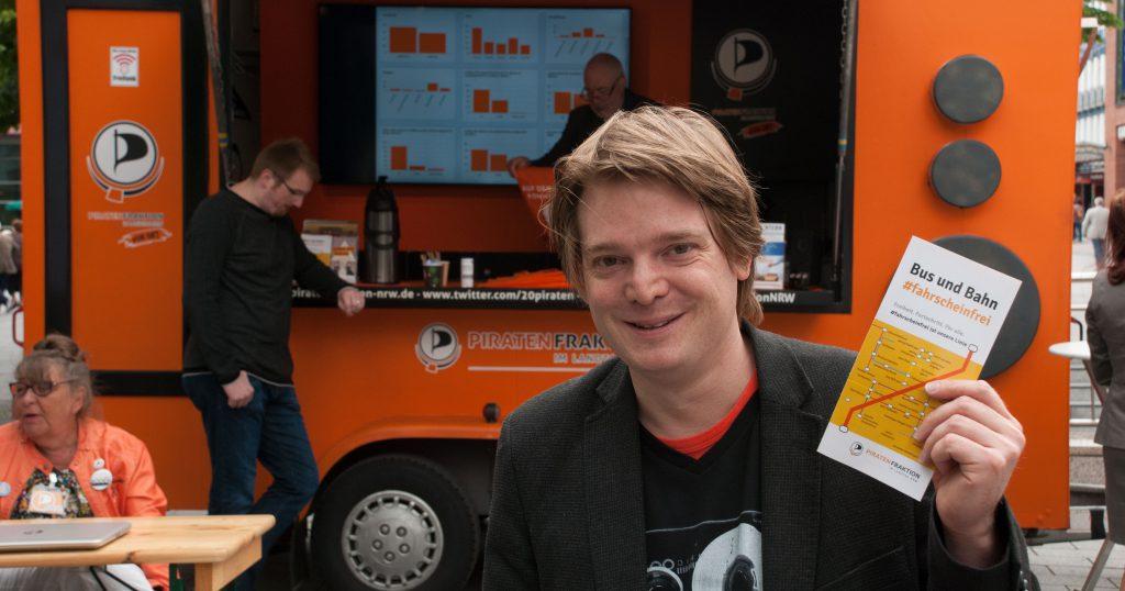Oliver Bayer vor dem Piratenmobil der  Piratenfraktion für Bus und Bahn fahrscheinfrei 2015